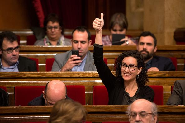 Miembro del Parlamento catalán, Marta Rovira eleva su pulgar para aprobar el inicio de la independencia del proceso en 09 de noviembre de 2015 en Barcelona.  (Photo by David Ramos/Getty Images)