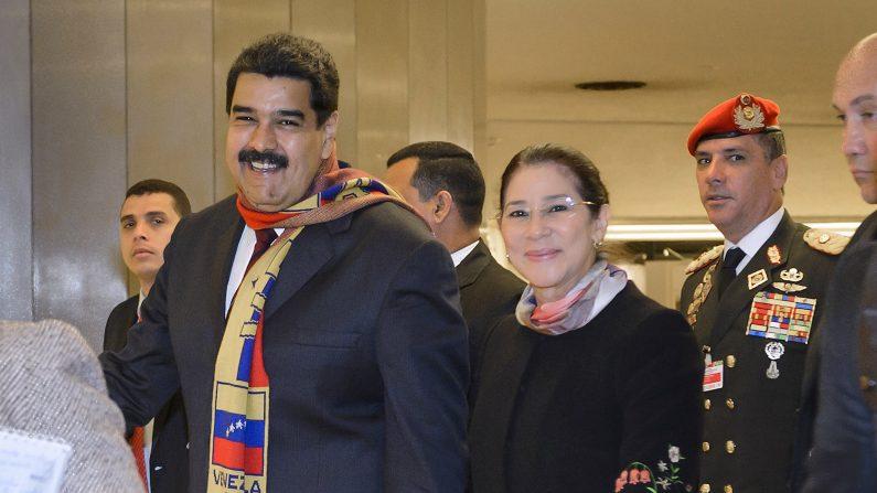 El presidente de Venezuela, Nicolás Maduro, con su esposa, Cilia Flores, hojas de las oficinas de las Naciones Unidas en Ginebra, después de dirigirse al Consejo de Derechos Humanos de la ONU el 12 de noviembre de 2015 (Photo credit should read FABRICE COFFRINI / AFP / Getty Images)