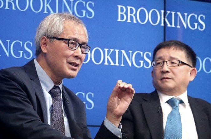 He Huaihong (izq.), profesor de filosofía en la Universidad de Pekín, y Cheng Li, director del John L. Thornton China Center, Institución Brookings, hablan sobre la decadencia moral y el despertar ético en China, en Brookings el 6 de noviembre. (Gary Feuerberg / La Gran Época)
