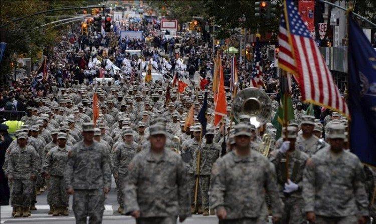 Soldados del ejército estadounidense desfilan en Nueva York, Estados Unidos, el 11 de noviembre de 2015, con motivo de la conmemoración del Día de los Veteranos.