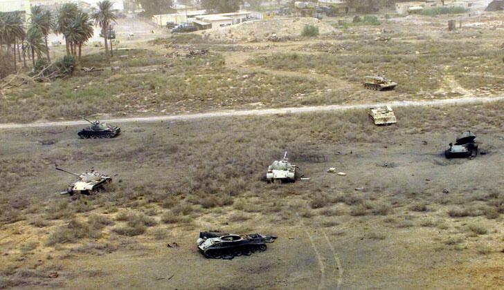 Vehículos de guerra abandonados en Irak, como consecuencia de la invasión militar de EE.UU. Foto: Wikimedia Commons.