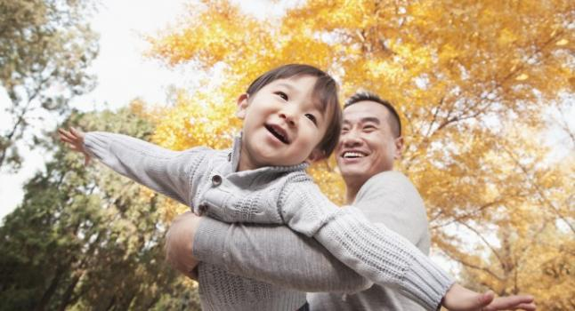 * Imagen de padre e hijo via Shutterstock