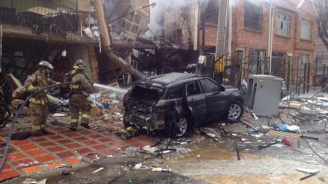 Los bomberos y la Policía evacuaron los edificios afectados por la explosión.