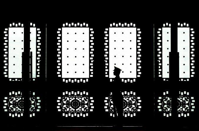 Un soldado chino está de guardia en la puerta de entrada principal del edificio Bayi, el 23 de abril del 2013 en Beijing, China. El régimen chino dirige redes de piratas militares informáticos quienes tienen como objetivo a las empresas y oficinas del gobierno de Estados Unidos. (Andy Wong / Getty Images)
