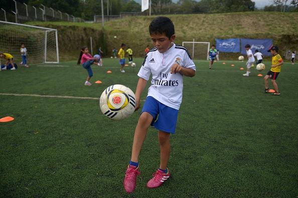 Los niños juegan fútbol en la Fundación 'Colombia Somos Todos', del Real Madrid del Departamento del Tolima – Colombia (crédito de foto debe leer EITAN ABRAMOVICH/AFP/Getty Images)