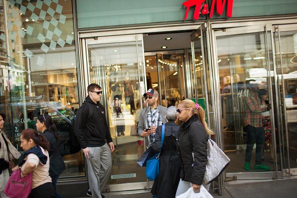 Compradores en la Avenida de Lexington en Manhattan Nueva York. Según el Banco de Reserva Federal, de julio a setiembre, el Producto Interno Bruto (PIB) estadounidense aumentó solo el 2%  (Photo by Kevin Hagen/Getty Images)