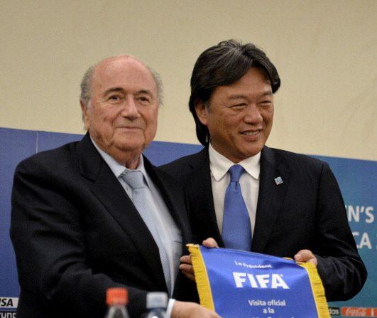 Presidente de la FIFA Sepp Blatter y el de la Federeción de Futbol de Costa Rica, Eduardo Li (Photo credit should read EZEQUIEL BECERRA/AFP/Getty Images)