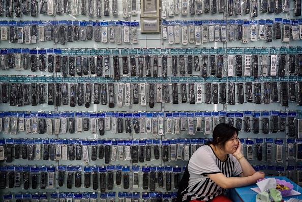 Una vendedora espera clientes en su local de venta de controles remotos en  Yiwu, China. (Kevin Frayer/Getty Images)