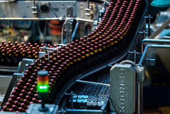 Botellas de cerveza de Arany Aszok pasemos a lo largo de una cinta transportadora en la línea de embotellado en cervecería de Dreher de SABMiller Plc (Fotógrafo: Stiller/Akos de Bloomberg a través de Getty Images)