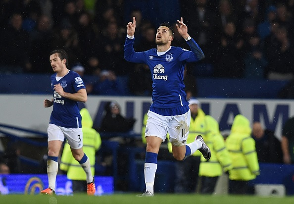 El delantero belga Kevin Mirallas de Everton celebra después de anotar su segundo gol durante el partido de fútbol de la Liga Inglesa (crédito de foto debe leer PAUL ELLIS/AFP/Getty Images)