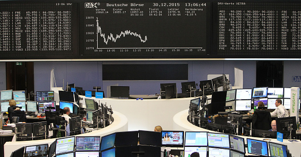 Pantalla que muestra el mercado de valores Alemán índice DAX está representado en la bolsa de Francfort, Alemania, el último día del comercio en el año 2015 (crédito de foto debe leer DANIEL ROLAND/AFP/Getty Images)