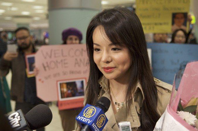 Anastasia Lin habla con la prensa en el Aeropuerto Internacional de Toronto en su regreso de Hong Kong. (Matthew Little/La Gran Época)