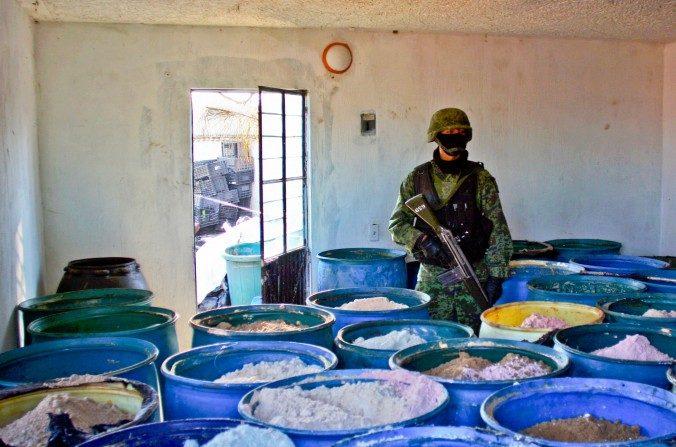 Un soldado hace guardia dentro de un laboratorio clandestino de procesamiento de drogas químicas, descubierto en México el 9 de febrero de 2012.  (Héctor Guerrero/AFP/Getty Images)