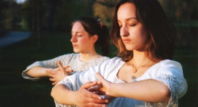 Dos jóvenes practican los ejercicios de Falun Gong (una forma avanzada de qigong también conocido como Falun Dafa) en un parque de Alemania. (Minghui.org)