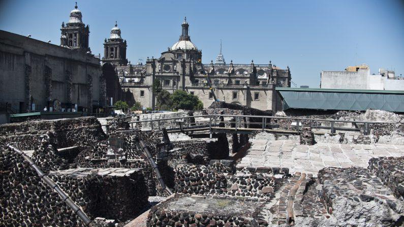 Turistas visitan el sitio arqueológico del Templo Mayor en la ciudad de México, el martes 01 de diciembre de 2015. Arqueólogos mexicanos han descubierto en el yacimiento arqueológico un largo túnel en el centro de una plataforma circular donde se cree que los gobernantes aztecas eran cremados. Se creen que los aztecas han incinerado los restos de sus líderes durante su gobierno de 1325 a 1521, pero nunca se ha encontrado el lugar de descanso final de las cremaciones. (Ronaldo Schemidt/AFP/Getty Images)