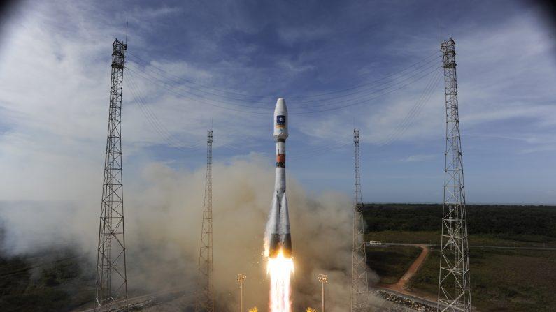 Imagen del cohete Soyuz de la Agencia Espacial Europea (ESA), desde el puerto espacial en la Guayana francesa en su misión por colocar el segundo par de satélites de validación Galileo en órbita, el 12 de octubre de 2012. (S. Corvaja /ESA via Getty Images)