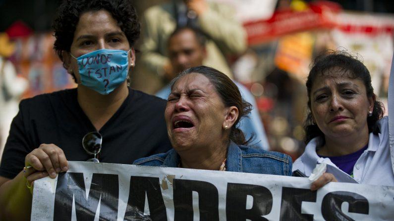 Una madre llora durante una protesta en la ciudad de México el 10 de mayo de 2013. Un grupo de madres y familiares de niños desaparecidos debido a la guerra contra las drogas en el país, demanda al Gobierno la investigación de los crímenes. (Ronaldo Schemidt/AFP/Getty Images)