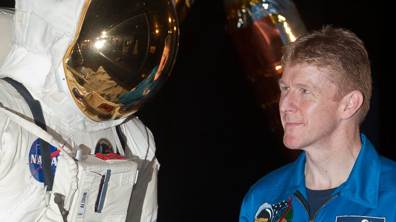 El astronauta británico mayor Tim Peake (R) posa para fotografías al lado de un traje espacial en el Museo de ciencia de Londres el 20 de mayo de 2013, donde se anunció que se unirá a la estación espacial internacional (ISS) a finales de 2015.  (WILL OLIVER/AFP/Getty Images)