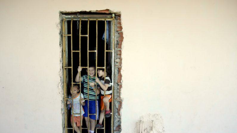 """Los niños en una casa, luego de ser reubicados en Caracas Venezuela el 24 de julio de 2014.  """"La Navidad está muerta"""": dicen venezolanos ante festejos precarios por la crisis. (LEO RAMIREZ/AFP/Getty Images)"""