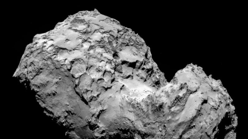 El cometa 67P/Churyumov-Gerasimenko en una imagen tomada por la nave Rosetta con la cámara de ángulo estrecho de OSIRIS 03 de agosto de 2014 en el espacio.    (ESA/Rosetta/MPS for OSIRIS Team MPS/UPD/LAM/IAA/SSO/INTA/UPM/DASP/IDA via Getty Images)