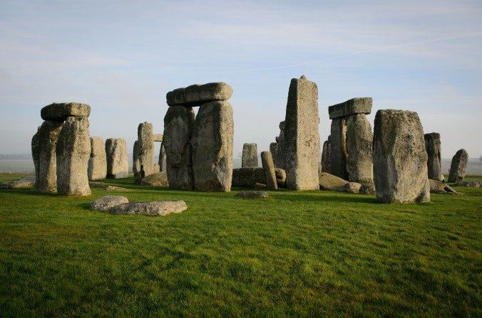 Una vista general muestra al monumento prehistórico de Stonehenge, patrimonio de la humanidad, cerca de Amesbury en el sur oeste de Inglaterra, el 11 de diciembre de 2013. (LEON NEAL/AFP/Getty Images)