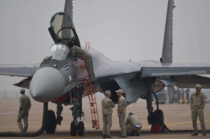 Un avión de combate Sukhoi Su-35 se exhibe  en Zhuhai, China, el 10 de noviembre del 2014. El régimen chino recientemente ha adquirido 24 aviones rusos Su-35. (Johannes Eisele / AFP / Getty Images)