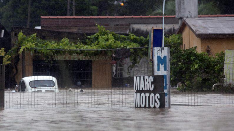 Vista de una casa inundada por las fuertes lluvias que golpean el país , en Ciudad de la Costa, Canelones, a unos 20 km al este de Montevideo , el 7 de febrero de 2014. (Photo credit should read MARIANA MENDEZ/AFP/Getty Images)