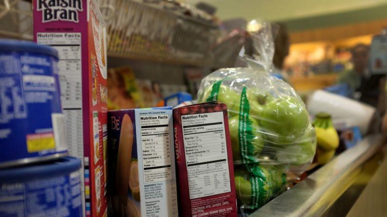 En la foto se ven las etiquetas de nutrición en envases de alimentos el 27 de febrero de 2014 en Miami, Florida. (Joe Raedle/Getty Images)