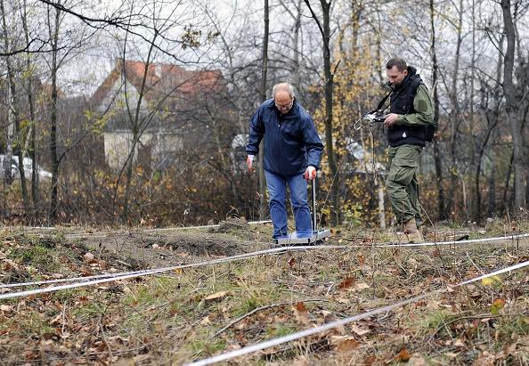 Expertos usando un radar de tierra para inspeccionar el área donde se suponía que se podía encontrar un tren nazi de la Segunda Guerra Mundial en Walbrzych, Polonia. (PIOTR HAWALEJ / AFP / Getty Images)