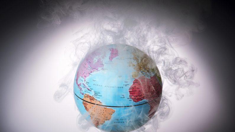Foto tomada el 10 de noviembre de 2015 muestra un pequeño mundo rodeado de humo para ilustrar el calentamiento global.     (LIONEL BONAVENTURE/AFP/Getty Images)