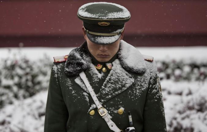 Un oficial de la policía paramilitar china afuera de la Puerta de Tiananmen en Beijing, China, el22 de noviembredel 2014. (Kevin Frayer / Getty Images)