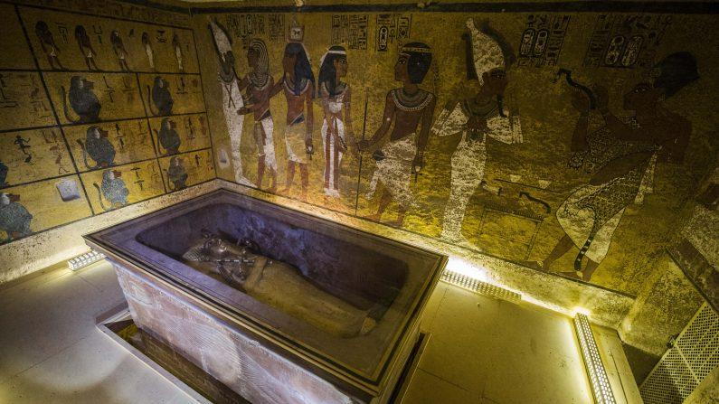 Foto del 28 de noviembre de 2015 muestra el sarcófago del rey Tutankhamun en su cámara funeraria en el valle de los Reyes, cerca de Luxor, 500 kilómetros al sur de la capital egipcia, el Cairo.  Arqueólogo dijo que Tumba egipcia era de la hermana y no de la nodriza de Tutankamón. (KHALED DESOUKI/AFP/Getty Images)