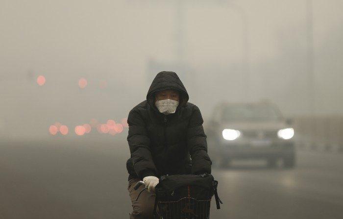 Las personas usan máscaras como protección contra la contaminación en la Ciudad Prohibida, el 1 de diciembre de 2015, en Beijing, China. (Lintao Zhang/Getty Images)