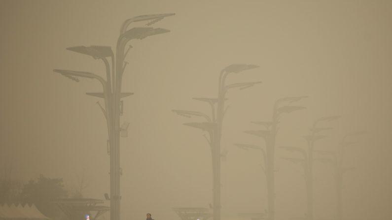 Turistas visitan el Parque Olímpico durante el denso smog en 01 de diciembre de 2015 en Beijing, China.  (Li Feng/Getty Images)