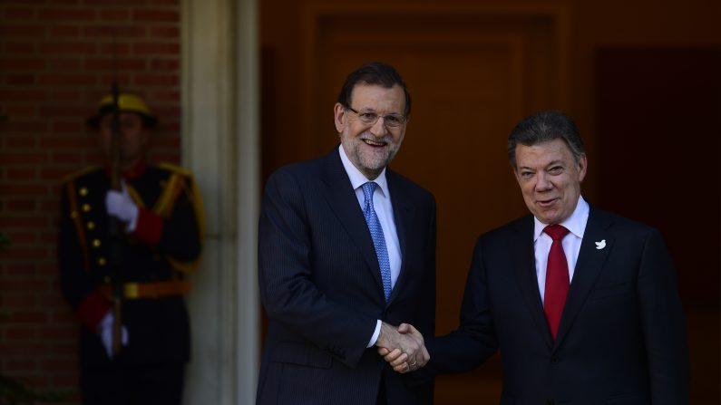 El primer ministro español, Mariano Rajoy (L) estrecha la mano con el presidente de Colombia, Juan Manuel Santos, a su llegada al Palacio de La Moncloa en Madrid el 2 de diciembre de 2015 (Photo credit should read PIERRE-PHILIPPE MARCOU / AFP / Getty Images)