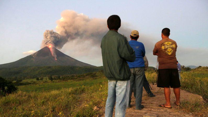 La gente ve el volcán Momotombo en erupción en la comunidad Papalonal en La Paz Centro, León, Nicaragua, el 2 de diciembre de 2015. (Photo credit should read STR/AFP/Getty Images)
