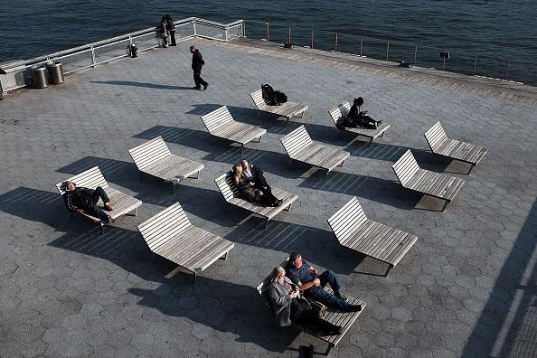 Personas disfrutan de clima inusualmente cálido en el bajo Manhattan en 10 de diciembre de 2015 en la ciudad de Nueva York. (Spencer Platt/Getty Images)
