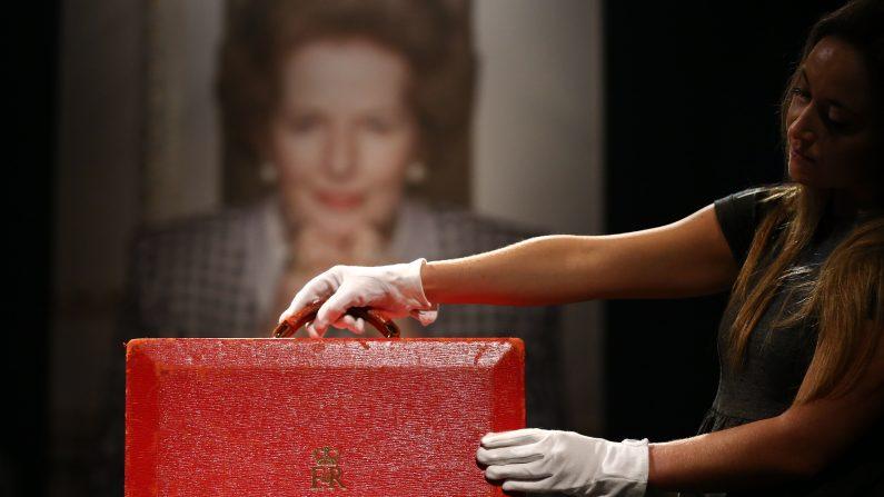Londres, Inglaterra - 15 de diciembre: El conocido maletín rojo en el que Thatcher llevaba documentos confidenciales fue vendido por 242.500 libras.  (Carl Court/Getty Images)