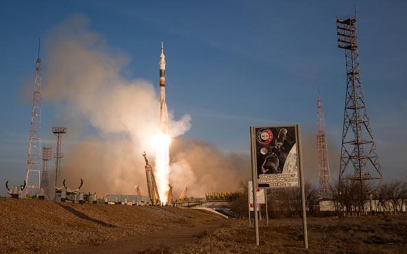 """La nave Soyuz con tres astronautas se acopla """"manualmente"""" a la Estación Espacial, el 15 de diciembre de 2015 (NASA/ Joel Kowsky via Getty Images)"""