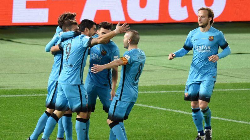 Luis Suárez celebra junto a sus compañeros de Uruguay. (TORU YAMANAKA/AFP/Getty Images)