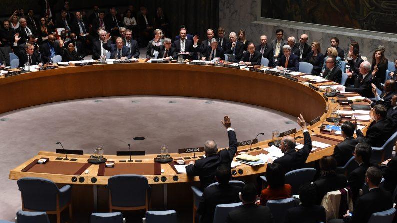 El Consejo de Seguridad de la ONU vota sobre una resolución para prohibir el suministro de helicópteros al gobierno sirio y para proscribir a comandante militares sirios por acusaciones de ataques con gas venenoso. (Foto: TIMOTHY A. CLARY/AFP/Getty Images)