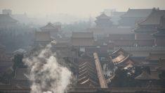 Espesa niebla contaminante cubre Beijing, en alerta roja