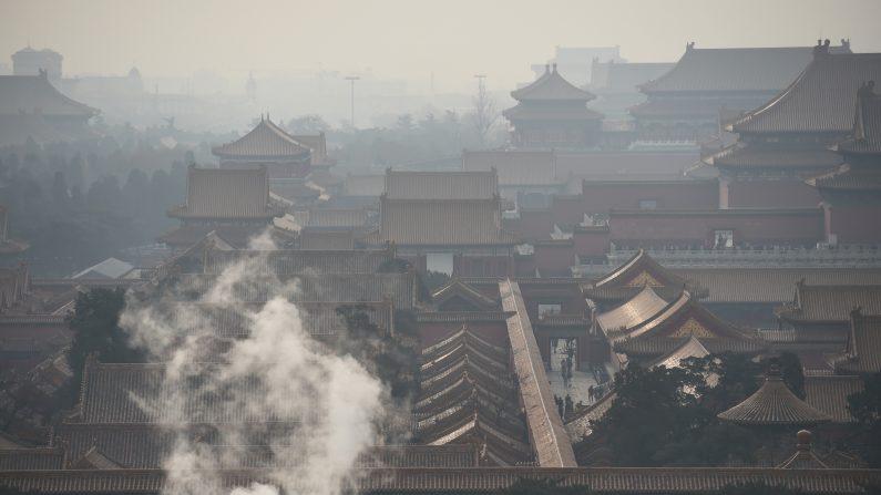 Se levanta vapor detrás de una pared de la ciudad prohibida,  en un día contaminado de Beijing el 19 de diciembre de 2015.(GREG BAKER/AFP/Getty Images)