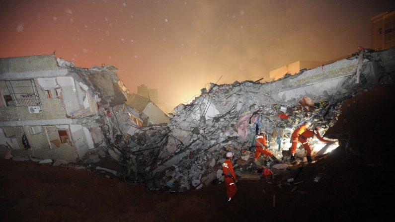 Los equipos de rescate buscan sobrevivientes después que un deslizamiento de tierra golpeó un parque industrial en Shenzhen, provincia de Guangdong, sur de China, el 20 de diciembre de 2015. Un deslizamiento de tierra masivo en un parque industrial en el sur de China ha enterrado 22 edificios y dejó 22 personas desaparecidas el 20 de diciembre, los medios estatales informaron que más de 1.500 trabajadores de emergencia llegaron a la escena (Photo credit should read STR / AFP / Getty Images)