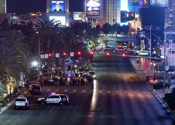 Vehículo es acordonado mientras la policía investiga el área después de que un coche se estrelló contra un grupo de peatones en el 20 de diciembre de 2015 en Las Vegas, Nevada.  (Ethan Miller/Getty Images)