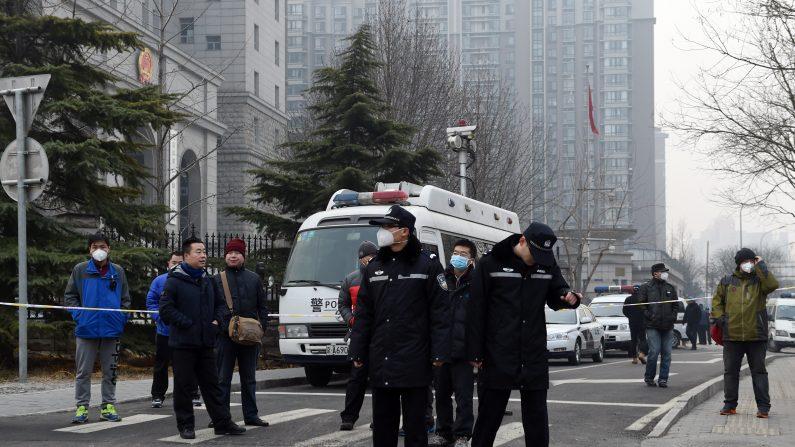 Policía monta guardia fuera de la corte intermedia del pueblo 2 no. donde el abogado de derechos humanos Pu Zhiqiang fue condenado en Beijing el 22 de diciembre de 2015. (GREG BAKER/AFP/Getty Images)