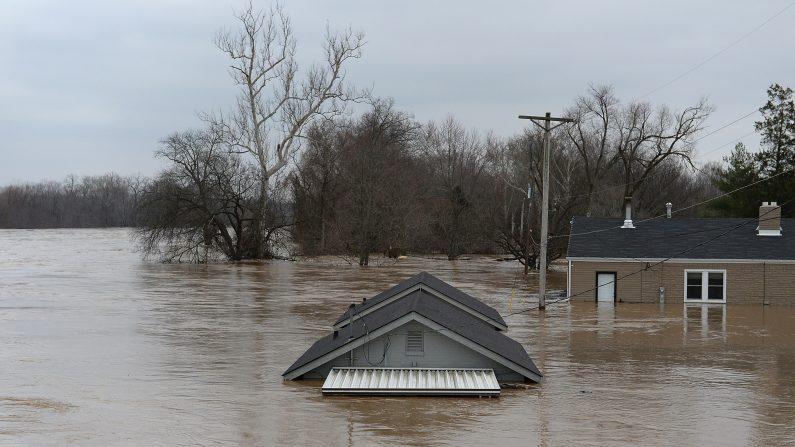 Una casa de Fenton, Missouri, completamente sumergida en el agua el 30 de diciembre de 2015. El área de St. Louis y la región circundante experimentan inundaciones récord por las crecidas de los ríos Mississippi, Missouri y Meremac tras días de lluvias intensas. ( Michael B. Thomas / Getty Images)