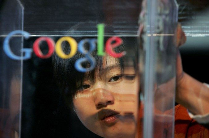 Una mujer pule un estrado en Beijing antes del lanzamiento global del nombre de Google en chino el 12 de abril del 2006. (Guang Niu / Getty Images)