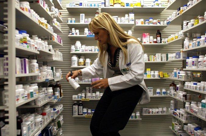 Una farmacéutica busca una botella de antibióticos en Miami. (foto de archivo, Joe Raedle/Getty Images)