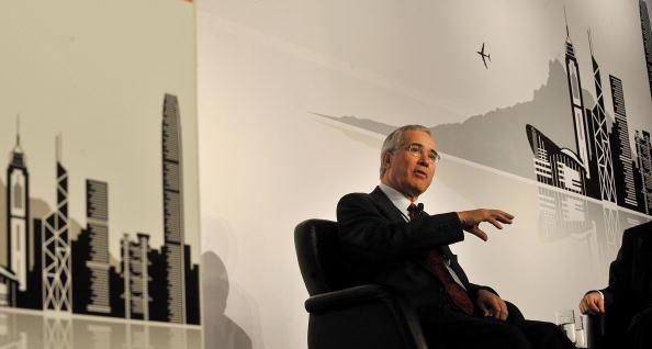 Nicholas Stern habla en una conferencia del clima en Hong Kong el 27 de octubre de 2008. Stern, uno de los principales economistas ambientales, dijo que la economía global enfrentará una desaceleración más severa que la crisis actual si no logra frenar el cambio climático. (MIKE CLARKE/AFP/Getty Images)
